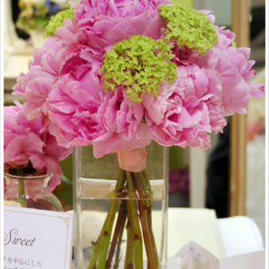 艶やかなピンクのシャクヤクのブーケ。ライムグリーンのビバーナムを加えて爽やかに。