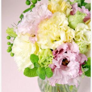フリルが美しい、黄色とピンクのトルコキキョウ(リシアンサス)とハーブのミニブーケ。