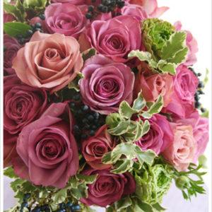 ベージュピンク、ブラウンがかったピンク、パープルなど、アンティークカラーのバラを使ったシックなブーケ。