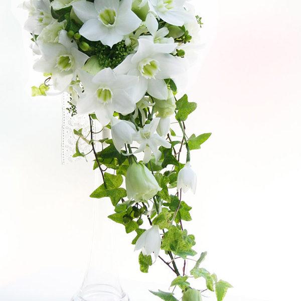 純白のユーチャリスを贅沢に使ったスリムキャスケードブーケ