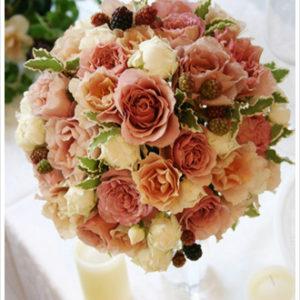 フリルのような花びらが美しい紅茶色とアイボリーのバラを贅沢に使ったラウンドブーケ。