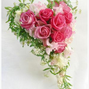 ゲストの目を引く、珍しいハート形のブーケ。フューシャピンクのバラ&スイトピーでラブリーに。