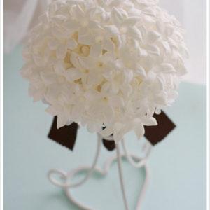 星形がかわいい白いジャスミンの花だけをぎゅっと束ねた清楚なブーケ。