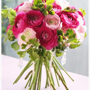 濃淡ピンクのラナンキュラスに鮮やかなグリーンを加えたフレッシュなクラッチブーケ(ナチュラルステムブーケ)。