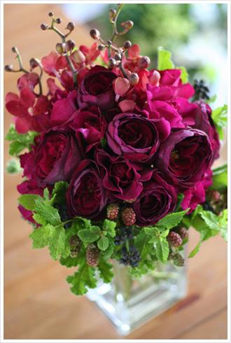 真紅とワインレッドのバラにベリー系の実ものとフレッシュハーブをたっぷり合わせたラグジュアリー感のあるブーケ。