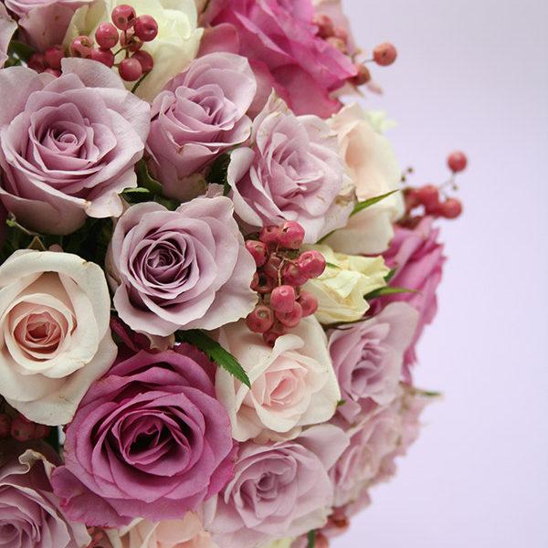 淡いパープルの小ぶりなバラを使ったラウンドブーケ。紫でも柔らかく優しい印象に。