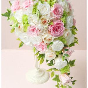 ホワイトとピンクのバラを使ったキャスケードブーケ。ライムグリーンで爽やかに。