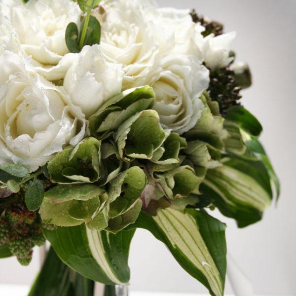 白バラと秋色あじさい、ベリーのシックなシェアブーケ。二分割したブーケは結婚を控えるゲストへのサプライズプレゼントに。