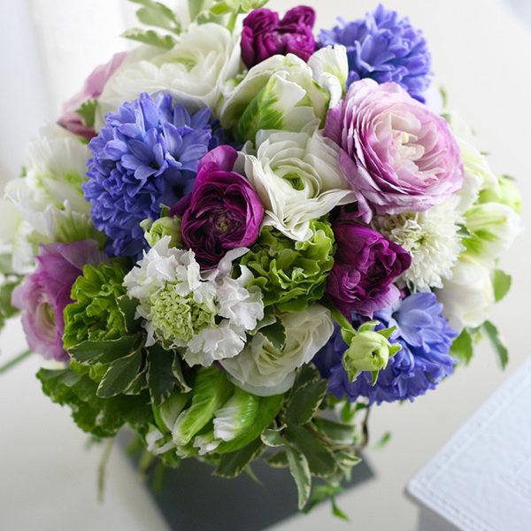紫のラナンキュラスやヒヤシンス、チューリップなどの春の花にハーブをたっぷり合わせたナチュラルなブーケ。