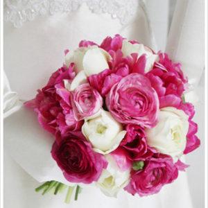 薄く幾重にも重なった花びらが美しいラナンキュラスのクラッチブーケ。ホワイトを挿し色にして軽やかに。