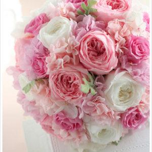 鮮やかなキャンディーピンクのバラを使ったラウンドブーケ。キュートでスイートな印象に。