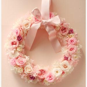 甘いピンク系のバラでまとめたリースブーケ。終わりのない丸い形は永遠の愛を表す演技のいい形です。